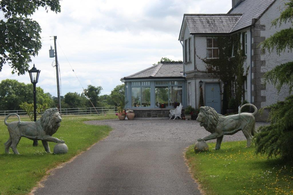 Boyne-View-Bed-and-Breakfast-Exterior-Driveway-with-Lions