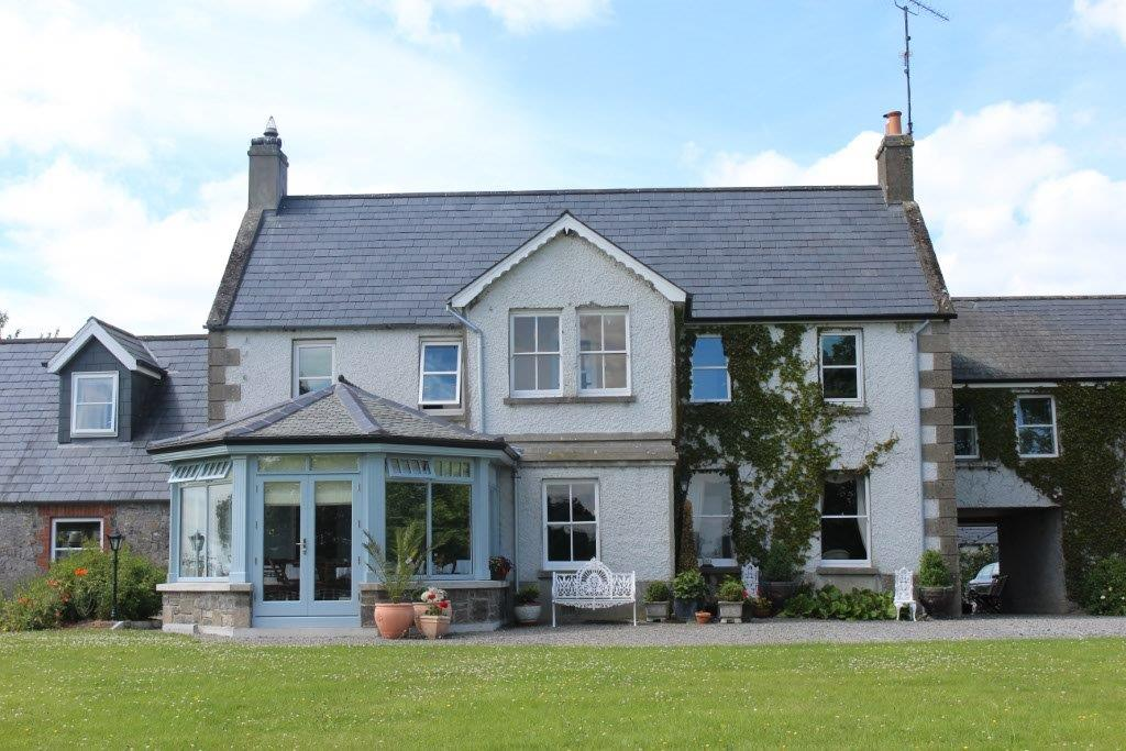 Boyne-View-Bed-and-Breakfast-Exterior-View-of-Front-with-Breakfast-Room