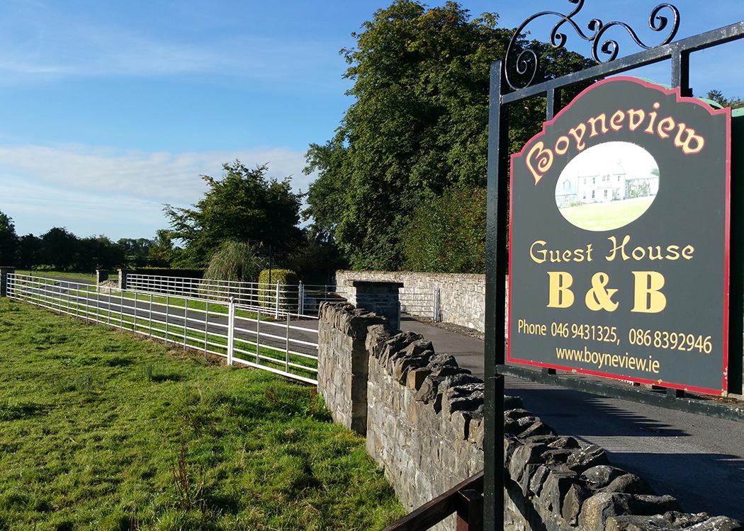 Boyne View sign at road entrance