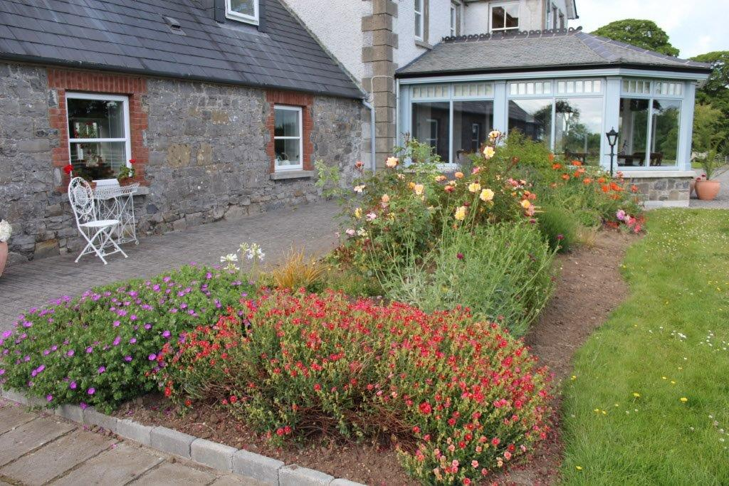 Boyne View Bed and Breakfast Exterior Flower Beds 3