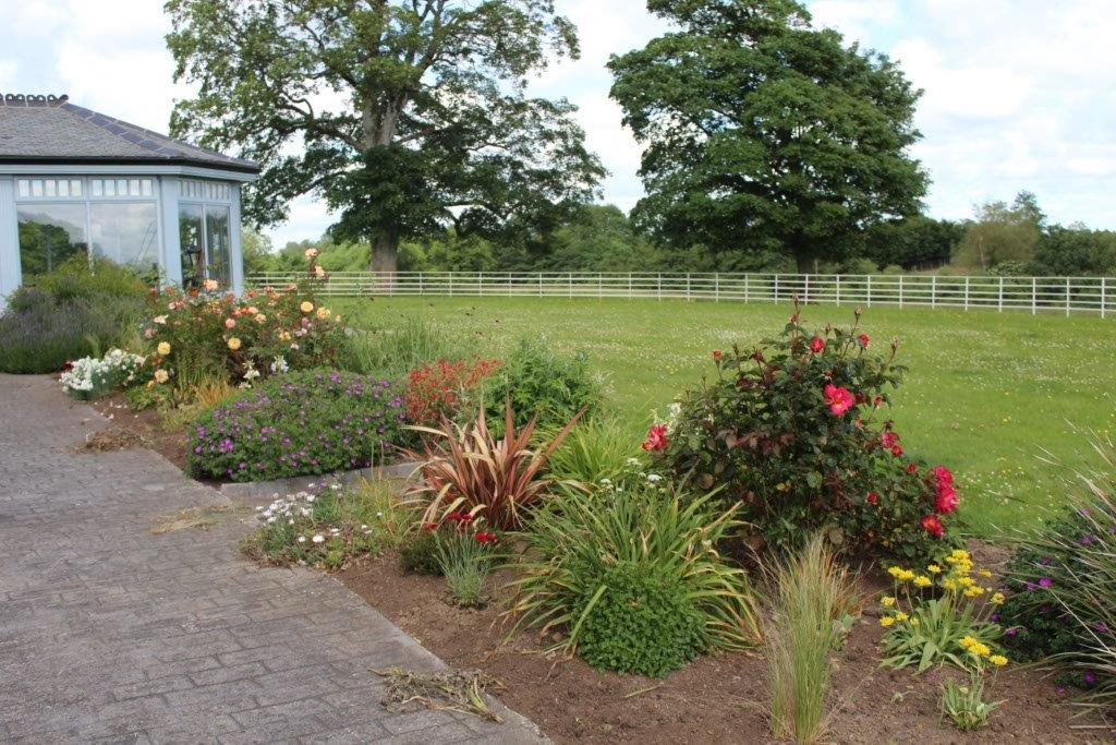Boyne View Bed and Breakfast Exterior Flower Beds 4